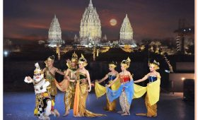 After watching the sunset at the nearby Ratu Boko temple, return to Prambanan to enjoy an evening performance of the award-winning Ramayana Ballet.